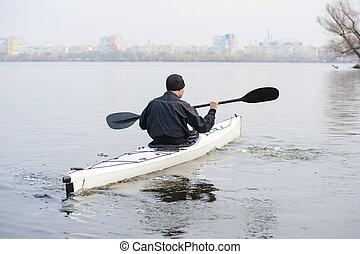 un, hombre, en, un, blanco, kayac, cerca, la ciudad, riverbank04