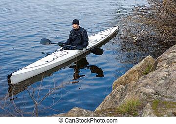un, hombre, en, un, blanco, kayac, cerca, la ciudad, riverbank09