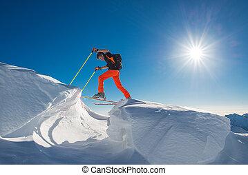 un, hombre, esquiador alpino, subida, en, esquís, y, sealskins, en, tan, mucho, nieve, con, obstáculos
