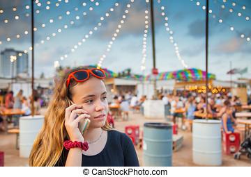 un, joven, adolescente, habla, en, ella, teléfono móvil, en,...