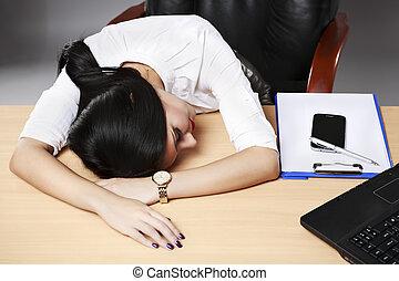 un, joven, desesperado, mujer de negocios, el dormir en el escritorio, en, oficina