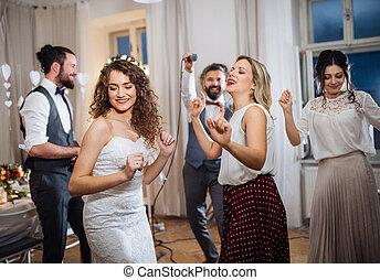 un, joven, novia, con, otro, huéspedes, bailando, en, un, boda, recepción.