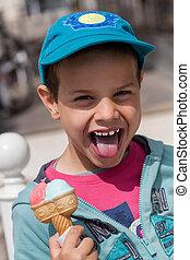 un, lindo, niño, con, un, hombre fuera de lengua, y, helado