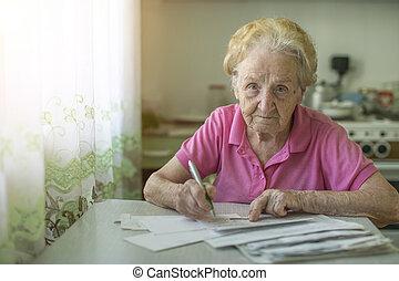 un, mujer anciana, llena, afuera