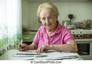 un, mujer anciana, llena, el, cuenta