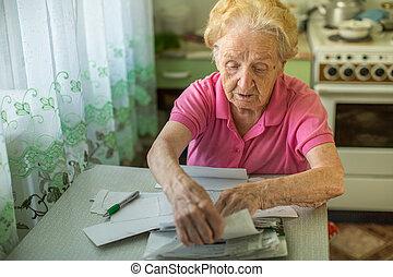 un, mujer anciana, llena