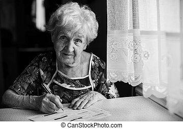 un, mujer anciana, llena, un, recibo, para, pago, de, utilidad, bills.