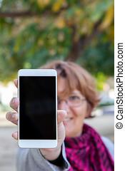un, mujer, asideros, un, blanco, teléfono móvil, con, el,...