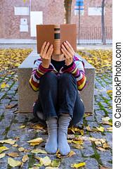 un, mujer, lee, un, libro, sentado sobre el piso, rodeado,...