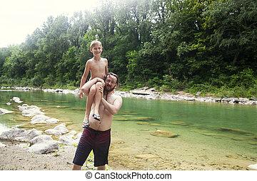 un, padre, juego, con, el suyo, hijo, en, el, río