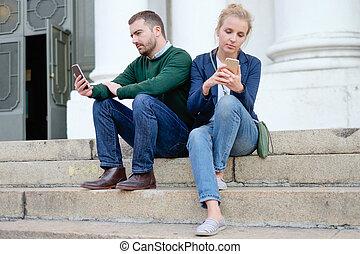 un, pareja, charlar, con, su, smart-phone