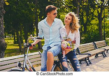 un, pareja, equitación, en, el, bicicleta, en, un, park.