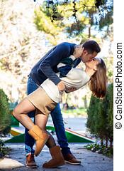 un, pareja joven, enamorado, beso, uno al otro, como, en,...