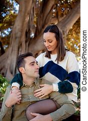 un, pareja joven, enamorado, coquetas, en, un, parque...