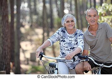 un, pareja madura, en una bici, ride.