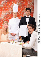 un, pareja, ser, servido, por, un, camarero, y, un, chef, en, un, restaurante