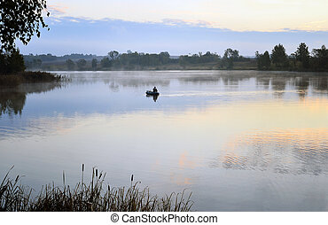 un, pescador, en, un, barco, navegación, en, el, mañana, niebla