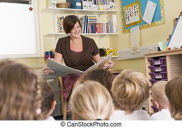 un, profesor, lee, a, alumnos, en, un, primario, clase