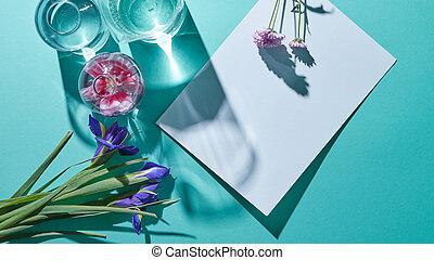 un, ramode flores, con, floreros, y, un, hoja blanca, de, papel, en, un, fondo azul