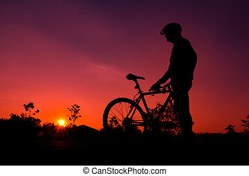 un, silueta, de, biker, en, ocaso