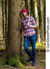 un, sonriente, silvicultor, con, un, hacha, descansar, inclinar, un, árbol