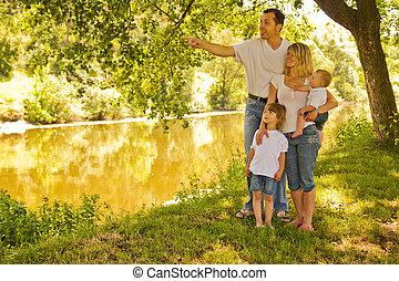 una familia joven, con, niños, en, naturaleza