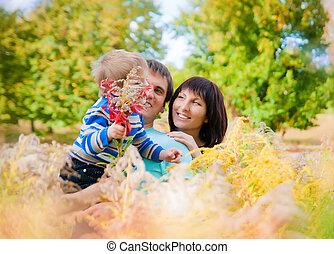 una familia joven, con, un, bebé, aire libre, en, otoño