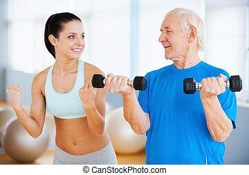 und, drei, zeiten, more., sicher, weibliche , körperliches therapist, ausstellung, wie, machen, gewicht, übung, zu, älterer mann, in, fitnesscenter