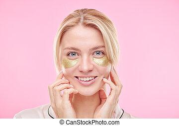 under-eye, elle, blonds, revitalising, girl, figure, sourire, doré, toucher, pièces
