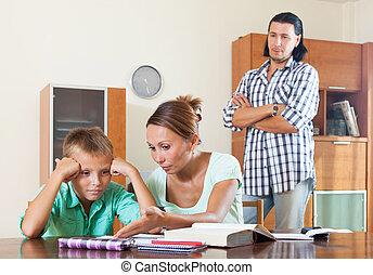 underachiever, réprimande, parents, elle, fils