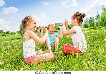 underbar, tre flickor, äng, sitta