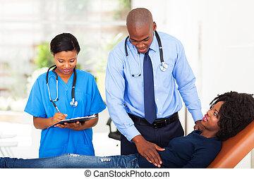 undersöka, afrikansk, tålmodig, kvinna läkare