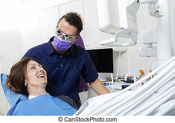 undersöka, tålmodig, tandläkare, klinik, kvinnlig, lycklig