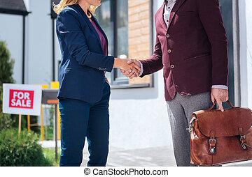 underteckna, kvinna, henne, hus, efter, avtal, hand, blonde-haired, skakande, uppköp, man