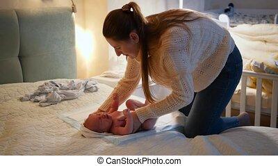 undressing, voor, happiness., moeder, het geven, concept, verward, baby's, sleep., jonge, haar, het veranderen, weinig; niet zo(veel), nacht, baby, pasgeboren, ouders, houdende van familie, luiers, gaan