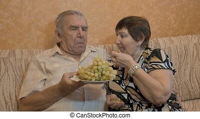 une, couples adulte, manger, raisins, et, alimentation, chaque, autre., gros plan