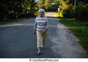 une, femme âgée, marche, sur, les, road.