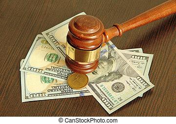 une, more.auction, marteau, et, dollars, sur, bois, table.