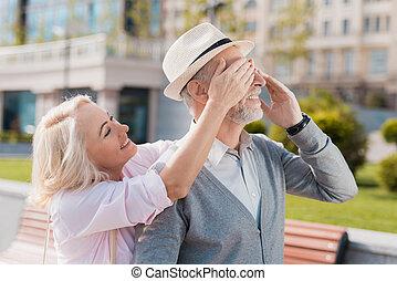 une, personnes âgées accouplent, est, marche, dans, les, square., les, femme, approached, les, homme, par-derrière, et, couvert, sien, yeux