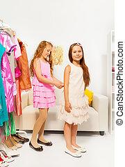 une, portion, essayage, autre, girl, robe