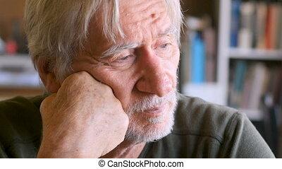 une, vieillissement, homme aîné, percé, solitaire, et, attente, regarde, fermé, dans, les, distance