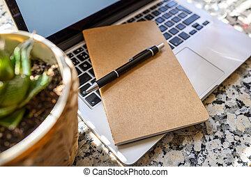 unfocused, computer tastiera, penna, pianta, laptop, blocco note, primo piano