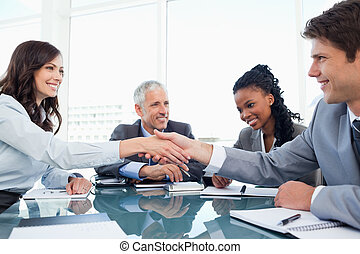 ung, affärskvinna, och, a, co-worker, hand skälv, under, a,...