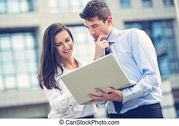 ung, affärsverksamhet partner, med, laptop