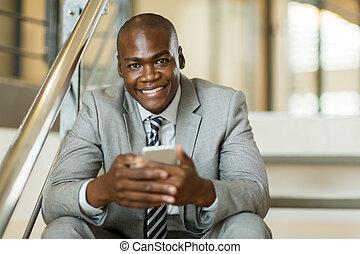 ung, african amerikansk man, användande, rörlig telefonera