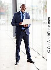 ung, afrikansk, affärsman, användande laptop