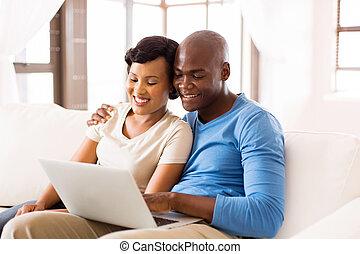 ung, afrikansk amerikan koppla, användande laptop, dator