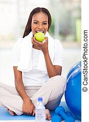 ung, afrikansk amerikansk kvinna, ätande äpple