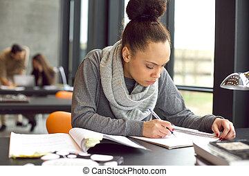 ung, afrikansk amerikansk kvinna, intagande antecknar, för,...