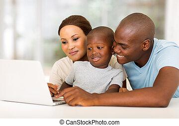 ung, afrikansk amerikansk släkt, användande laptop